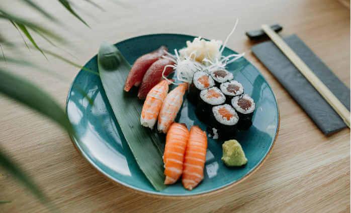 の さら トラジャ 銀 銀のさらCMでトラジャが食べる寿司ネタは何⁈メンバーカラーと一致で面白い!
